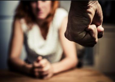 снимка, Готвят забрана за домашните насилници да звънят по телефона и да имат оръжие