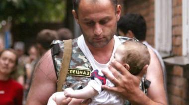 снимка, Трогателно: Момиче покани на бала си спецназовеца, който я спасил навремето в Беслан