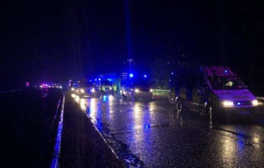 снимка, 15 people found in back of lorry in Wiltshire after reports of 'suspicious' activity