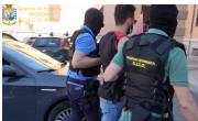снимка, Дрога, скрита в линейка по време на локдауна Ковид-19 в Месина и Катаня: 8 ареста