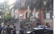 снимка, Полицейска акция във   Вал д ' Енца: арестуван е кметът на Бибияно- Италия