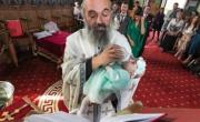 снимка, Свещеник  нахрани бебе по време на св. Кръщение